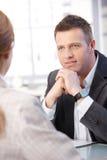 Επιχειρηματίες που μιλούν στο γραφείο Στοκ Εικόνες
