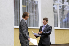επιχειρηματίες που μιλ&omic Στοκ Φωτογραφία