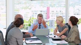 Επιχειρηματίες που μιλούν μαζί κατά τη διάρκεια της συνεδρίασης φιλμ μικρού μήκους