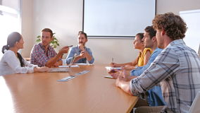 Επιχειρηματίες που μιλούν μαζί κατά τη διάρκεια της συνεδρίασης απόθεμα βίντεο