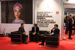 Επιχειρηματίες που μιλούν στο κομμάτι 2014, διεθνής ανταλλαγή τουρισμού στο Μιλάνο, Ιταλία Στοκ Εικόνες