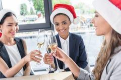 Επιχειρηματίες που πίνουν τη σαμπάνια στην αρχή Στοκ Εικόνες