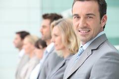 Επιχειρηματίες που παρατάσσονται στοκ εικόνα