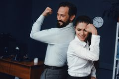 Επιχειρηματίες που παρουσιάζουν μυς στην αρχή στοκ φωτογραφία με δικαίωμα ελεύθερης χρήσης