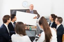 Επιχειρηματίες που παρουσιάζουν το σχέδιο νέων προϊόντων στοκ εικόνες