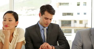 Επιχειρηματίες που περιμένουν μια συνέντευξη σε μια γραμμή φιλμ μικρού μήκους