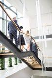 Επιχειρηματίες που περπατούν κάτω στο σύγχρονο γραφείο Στοκ Φωτογραφία
