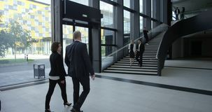 Επιχειρηματίες που περπατούν στην αίθουσα απόθεμα βίντεο