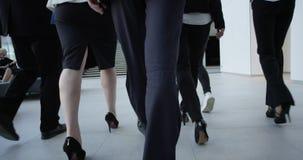 Επιχειρηματίες που περπατούν στην αίθουσα φιλμ μικρού μήκους