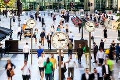 Επιχειρηματίες που περπατούν στο Canary Wharf στοκ φωτογραφία