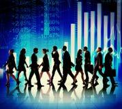 Επιχειρηματίες που περπατούν τις οικονομικές έννοιες αριθμών Στοκ Φωτογραφίες