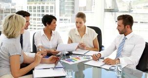 Επιχειρηματίες που πηγαίνουν πέρα από τα στοιχεία στη συνεδρίαση απόθεμα βίντεο