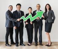 Επιχειρηματίες που στέκονται και που κρατούν τα οικονομικά εικονίδια ποσοστού Στοκ φωτογραφία με δικαίωμα ελεύθερης χρήσης