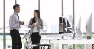Επιχειρηματίες που στέκονται και που πίνουν τον καφέ απόθεμα βίντεο