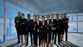 Επιχειρηματίες που στέκονται σε ένα δωμάτιο με τις γραφικές παραστάσεις φιλμ μικρού μήκους