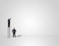 Επιχειρηματίες που στέκονται στη σκάλα και το σχεδιασμό Στοκ Εικόνα