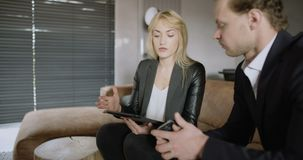 Επιχειρηματίες που συζητούν πέρα από τον υπολογιστή ταμπλετών ενάντια στους τυφλούς στην αρχή απόθεμα βίντεο