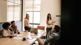 Επιχειρηματίες που συζητούν στην αίθουσα συνεδριάσεων στο γραφείο Στοκ εικόνες με δικαίωμα ελεύθερης χρήσης