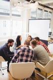 Επιχειρηματίες που συζητούν στην αίθουσα συνεδριάσεων στο δημιουργικό γραφείο στοκ φωτογραφία με δικαίωμα ελεύθερης χρήσης
