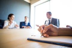 Επιχειρηματίες που συζητούν στη συνεδρίαση των διασκέψεων Στοκ Φωτογραφίες