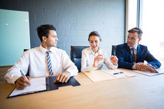 Επιχειρηματίες που συζητούν στη συνεδρίαση των διασκέψεων Στοκ εικόνα με δικαίωμα ελεύθερης χρήσης