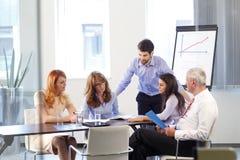 Επιχειρηματίες που συζητούν στη συνεδρίαση Στοκ φωτογραφία με δικαίωμα ελεύθερης χρήσης