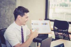 Επιχειρηματίες που συζητούν τα διαγράμματα και τις γραφικές παραστάσεις που παρουσιάζουν τα αποτελέσματα Στοκ Εικόνες