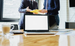 Επιχειρηματίες που συζητούν τα διαγράμματα στοκ φωτογραφία με δικαίωμα ελεύθερης χρήσης
