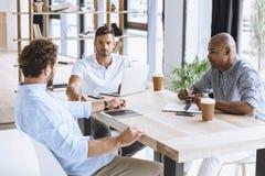 Επιχειρηματίες που συζητούν την επιχειρησιακή ιδέα στη συνάντηση στην αρχή Στοκ Φωτογραφίες