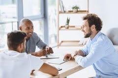 Επιχειρηματίες που συζητούν την επιχειρησιακή ιδέα στη συνάντηση στην αρχή Στοκ εικόνα με δικαίωμα ελεύθερης χρήσης