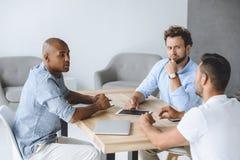 Επιχειρηματίες που συζητούν την επιχειρησιακή ιδέα στη συνάντηση στην αρχή Στοκ Εικόνες