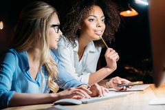Επιχειρηματίες που συζητούν τη νέα επιχειρησιακή ιδέα στον εργασιακό χώρο Στοκ φωτογραφία με δικαίωμα ελεύθερης χρήσης