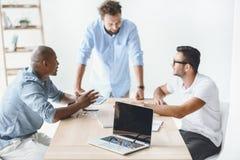 Επιχειρηματίες που συζητούν τη νέα επιχειρησιακή ιδέα στον εργασιακό χώρο στη συνεδρίαση Στοκ Εικόνες