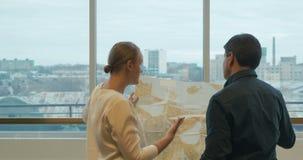 Επιχειρηματίες που συζητούν το σχέδιο ανάπτυξης περιοχής απόθεμα βίντεο