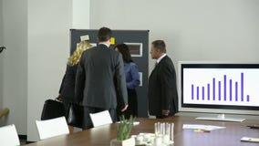 Επιχειρηματίες που συναντιούνται στη αίθουσα συνδιαλέξεων απόθεμα βίντεο