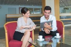 Επιχειρηματίες που συναντιούνται στο λόμπι ξενοδοχείων στοκ εικόνες με δικαίωμα ελεύθερης χρήσης