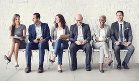 Επιχειρηματίες που συναντούν την εταιρική ψηφιακή σύνδεση συσκευών συμπυκνωμένη Στοκ Εικόνες