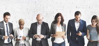 Επιχειρηματίες που συναντούν την εταιρική ψηφιακή σύνδεση συσκευών συμπυκνωμένη Στοκ φωτογραφία με δικαίωμα ελεύθερης χρήσης