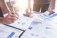 Επιχειρηματίες που συναντούν τον προϋπολογισμό προγραμματισμού και το κόστος, έννοια ανάλυσης στρατηγικής στοκ εικόνα με δικαίωμα ελεύθερης χρήσης