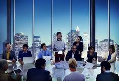 Επιχειρηματίες που συναντούν το εταιρικό γραφείο παρουσίασης που λειτουργεί το κοβάλτιο Στοκ Φωτογραφίες