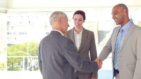 Επιχειρηματίες που τινάζουν τα χέρια και το χαμόγελο απόθεμα βίντεο
