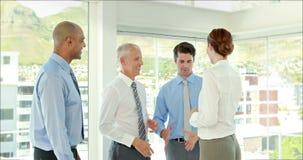 Επιχειρηματίες που τινάζουν τα χέρια και το χαμόγελο φιλμ μικρού μήκους