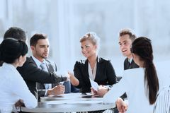 Επιχειρηματίες που τινάζουν τα χέρια κατά τη διάρκεια της συνεδρίασης στο δημιουργικό γραφείο Στοκ φωτογραφίες με δικαίωμα ελεύθερης χρήσης