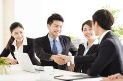 Επιχειρηματίες που τινάζουν τα χέρια κατά τη διάρκεια της συνεδρίασης στοκ φωτογραφίες