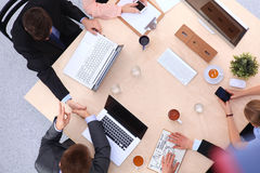 Επιχειρηματίες που τινάζουν τα χέρια, που τελειώνουν επάνω μια συνεδρίαση Στοκ Φωτογραφίες