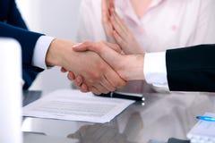 Επιχειρηματίες που τινάζουν τα χέρια που τελειώνουν επάνω μια συνεδρίαση Στοκ Εικόνες