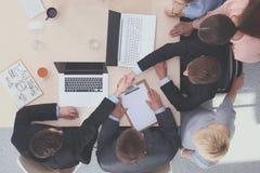 Επιχειρηματίες που τινάζουν τα χέρια, που τελειώνουν επάνω μια συνεδρίαση Στοκ φωτογραφία με δικαίωμα ελεύθερης χρήσης