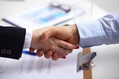 Επιχειρηματίες που τινάζουν τα χέρια, που τελειώνουν επάνω μια συνεδρίαση, εκλεκτική εστίαση Στοκ Εικόνες