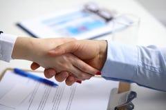 Επιχειρηματίες που τινάζουν τα χέρια, που τελειώνουν επάνω μια συνεδρίαση, εκλεκτική εστίαση Στοκ Φωτογραφία