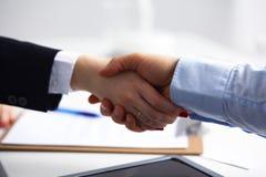 Επιχειρηματίες που τινάζουν τα χέρια, που τελειώνουν επάνω μια συνεδρίαση, εκλεκτική Στοκ Εικόνα